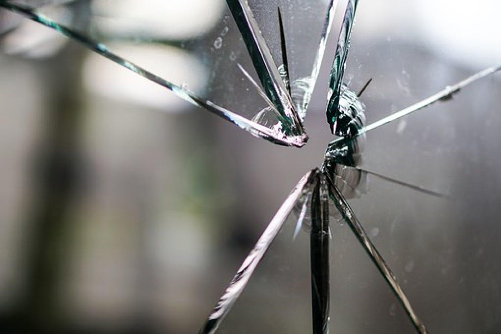 r parer un fissure de vitre votre artisan vitrier. Black Bedroom Furniture Sets. Home Design Ideas